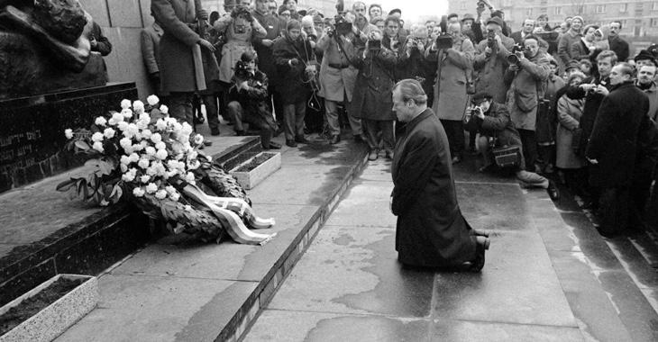 Bundeskanzler Willy Brandt kniet am 7. Dezember 1970 vor dem Mahnmal im einstigen jüdischen Ghetto in Warschau © dpa