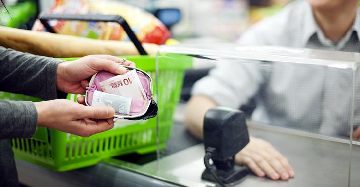 Eine Frau zieht einen Zehn Euro-Schein aus dem Portemonnaie © iStockphoto.copm/gpointstudio