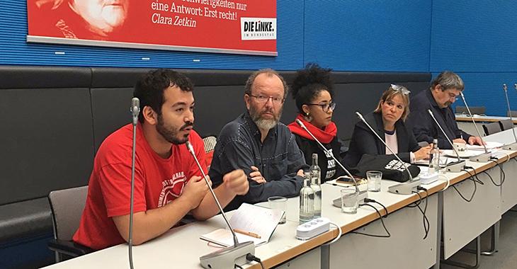 Bei der Fraktion zu Gast: Die AktivistInnen Vítor Guimarães (l.), Juliana Gonçalves (m.), daneben Heike Hänsel