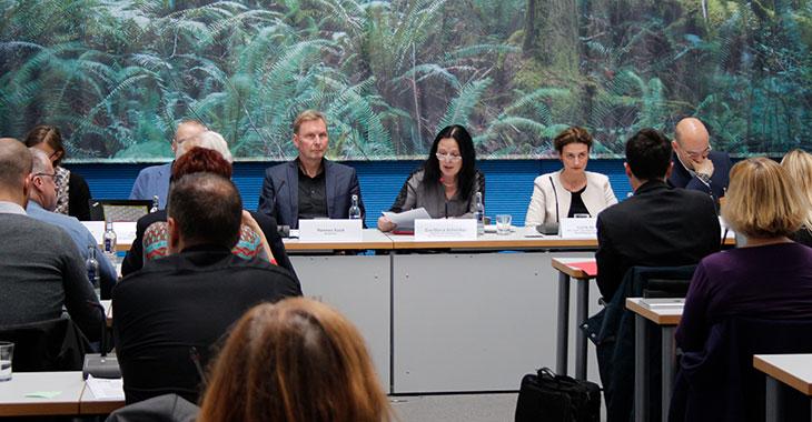 Eva-Maria Schreiber (m.) beim Fachgespräch »Business Case Entwicklung«