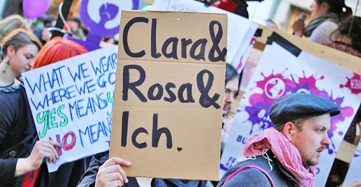 "Frauenkampftag 2014: Plakat mit Aufschrift ""Clara & Rosa & Ich"" | Foto: Flickr.com/Mike Herbst (CC BY-NC 2.0))"