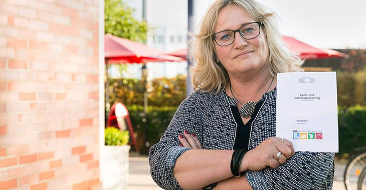 Harter Kampf um gleichen Lohn: Anke Bendixen mit ihrem Lohnvertrag