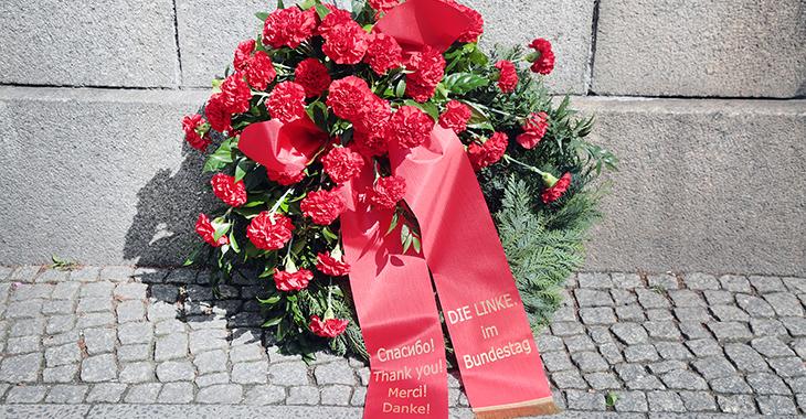 Kranz der Fraktion DIE LINKE am Sowjetischen Ehrenmal in Berlin-Tiergarten