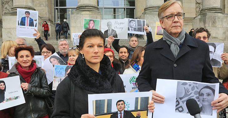 Solidarität mit verhafteten HDP-Abgeordneten: Die Vorsitzenden der Fraktion, Sahra Wagenknecht und Dietmar Bartsch sowie weitere LINKE MdB