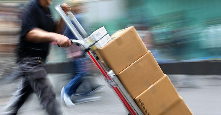 Stress: Paketzusteller bei der Arbei