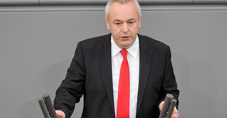 Alexander Ulrich am Redepult des Bundestags