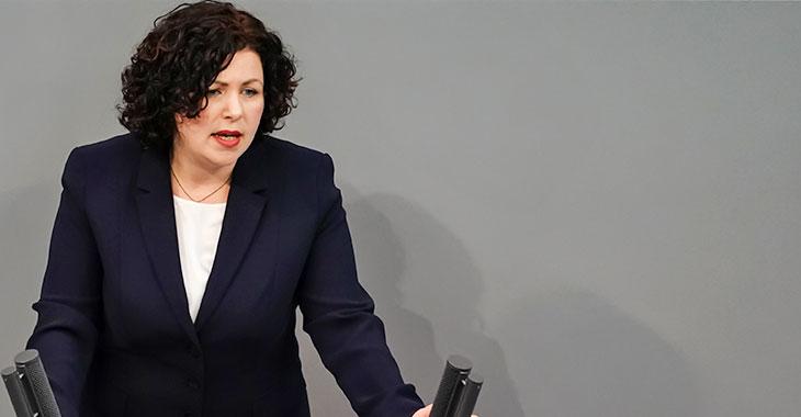 Amira Mohamed Ali am Redepult des Bundestag