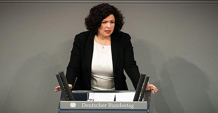 Amira Mohamed Ali am Redepult des Bundestags
