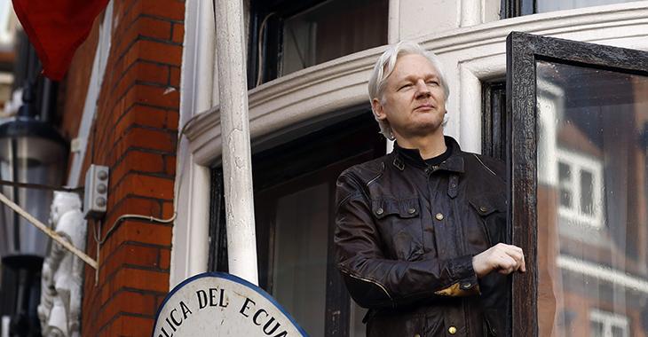 WikiLeaks-Gründer Julian Assange tritt auf den Balkon der ecuadorianischen Botschaft in London