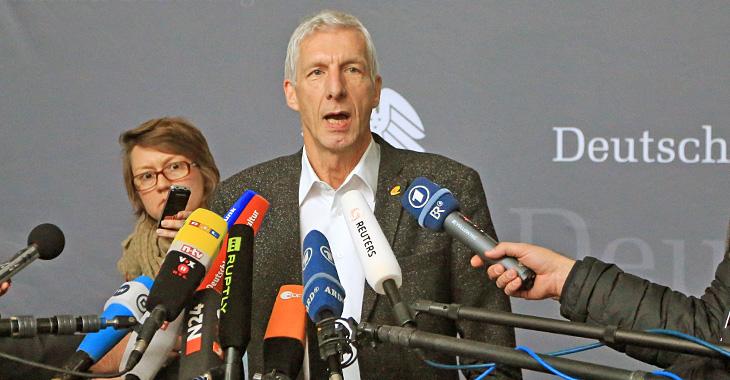 Herbert Behrens gibt Journalisten Auskunft