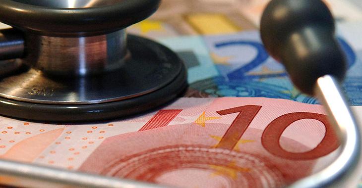 Solidarische Gesundheitsversicherung: Stethoskop auf Euroscheinen