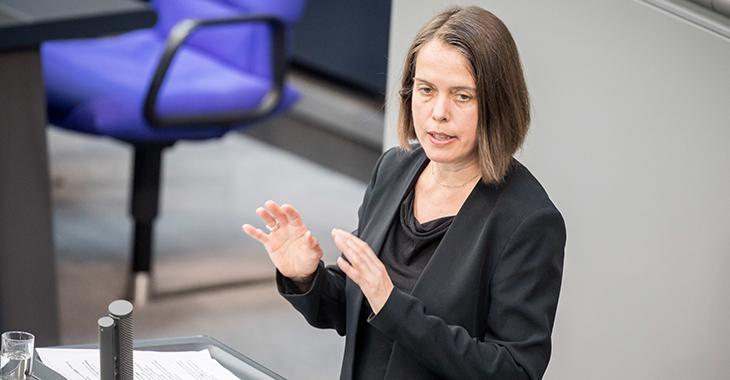 Christine Buchholz am Redepult des Bundestags