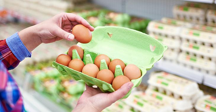 Frau prüft ein Ei