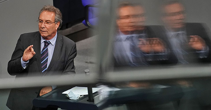 Klaus Ernst am Redepult des Bundestags