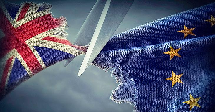 Eine Schere zertrennt die Flagge Großbritanniens und der EU
