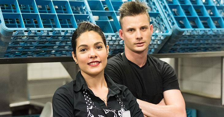 Eine Frau und ein Mann in der Küche eines Gastronomiebetriebs