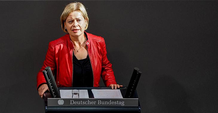 Gesine Lötzsch am Redepult des Bundestags