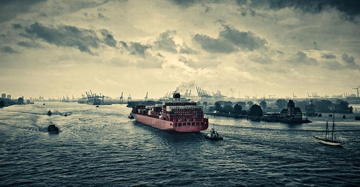 Containerschiff fährt in den Hamburger Hafen ein