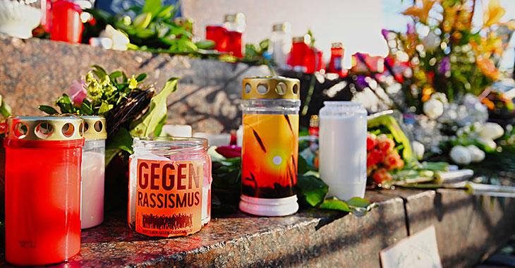 Nach den Schüssen in Hanau: Blumen und Kerzen auf dem Marktplatz erinnern an die Opfer