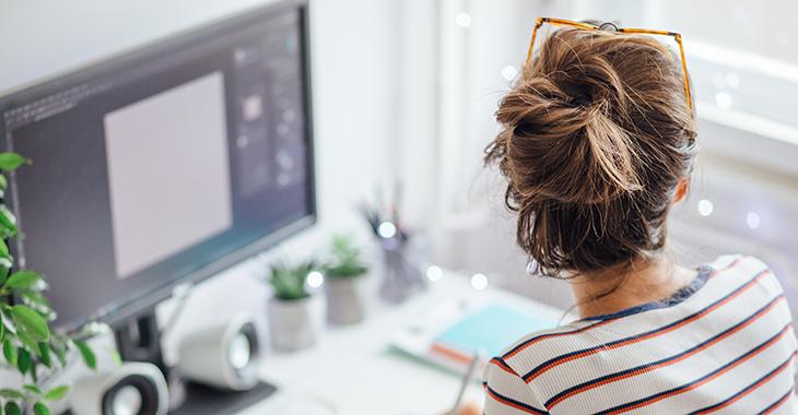 Homeoffice: Eine Frau arbeitet an ihrem Schreibtisch