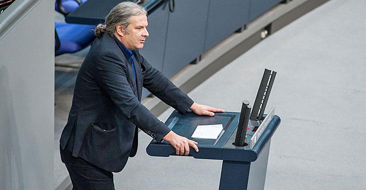 Andrej Hunko am Redepult des Bundestag