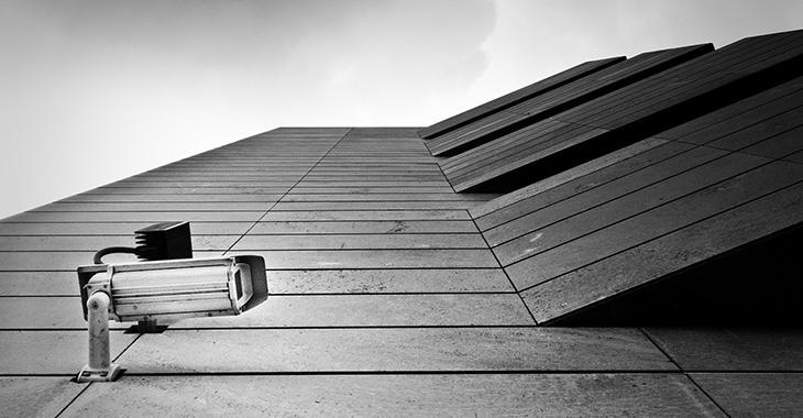 Überwachungskamera an einem Hochhaus
