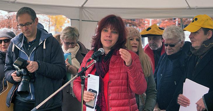 Katrin Werner spricht vor der Anhörung auf einer Protestaktion des Deutschen Blinden und Sehbehindertenverbands (DBSV)