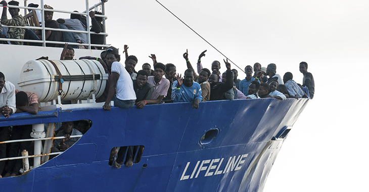 """Menschen auf dem Rettungsschiff """"Lifeline"""""""