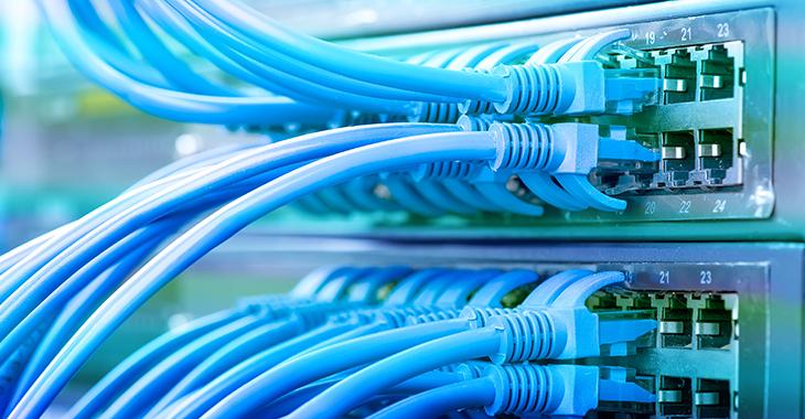Datenübertragung: Netzwerkkabel an einem Server
