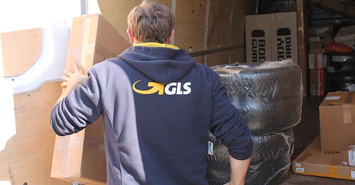 Paketzusteller bei der Arbeit