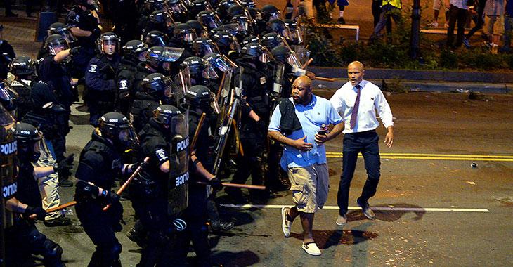 Proteste in den USA: Polizei drängt Mann von der Straße © picture alliance / AP images