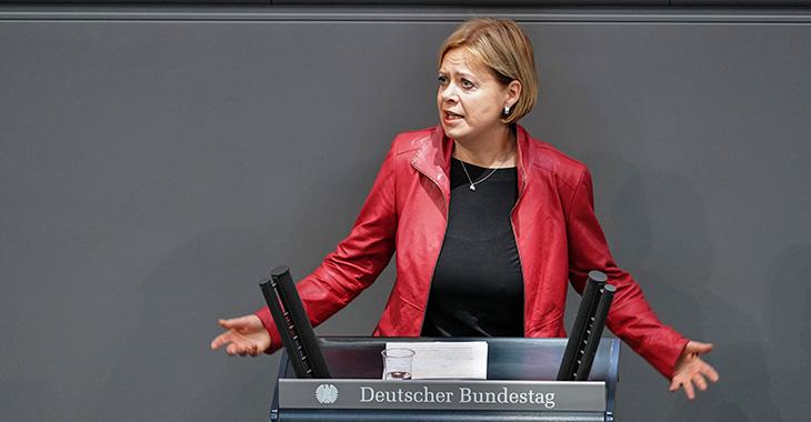 Gesine Lötzsch am Redepult des Bundestag