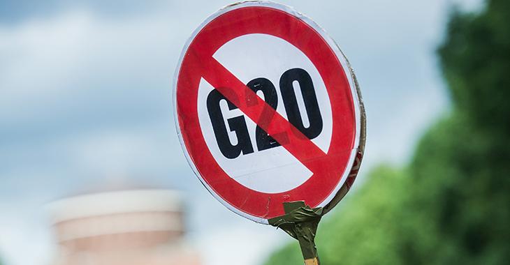 """Schild mit der durchgestrichenen Aufschrift """"G20"""" in Hamburg"""