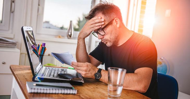 Ein Mann am Schreibtisch grübelt