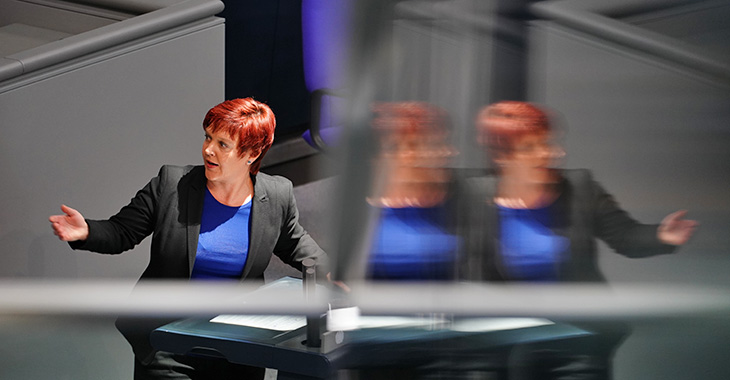 Susanne Ferschl am Redepult des Bundestags