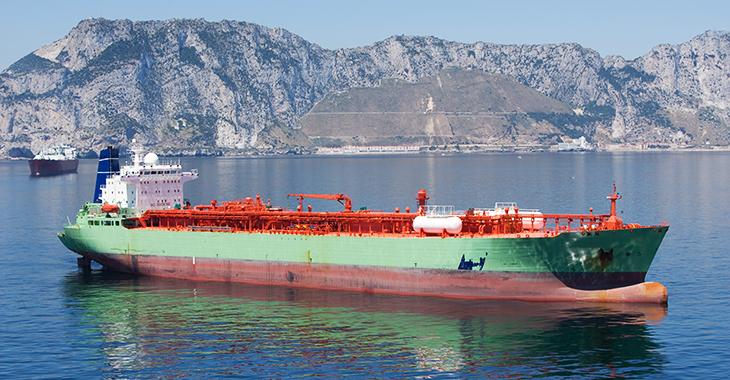 Ein Tanker liegt vor Gibraltar auf Reede. | Foto: © istock.com/QShot