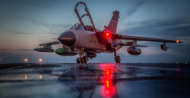 Incirlik: Tornado der Bundeswehr spiegelt sich in einer Pfütze