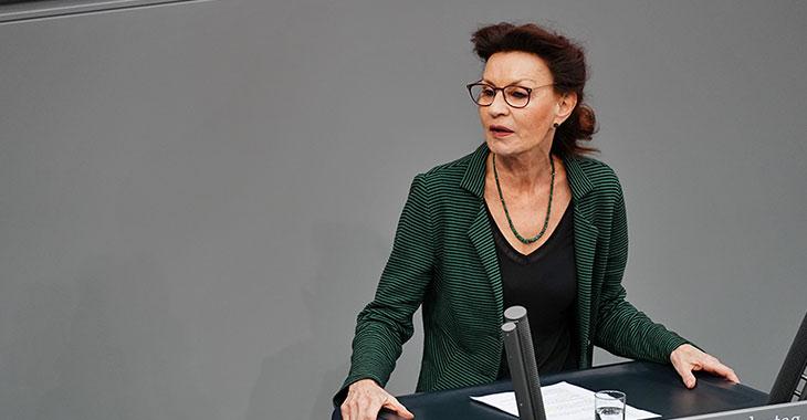 Ulla Jelpke am Redepult des Bundestags