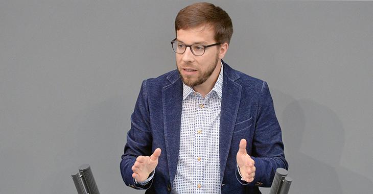 Victor Perli am Redepult des Bundestag