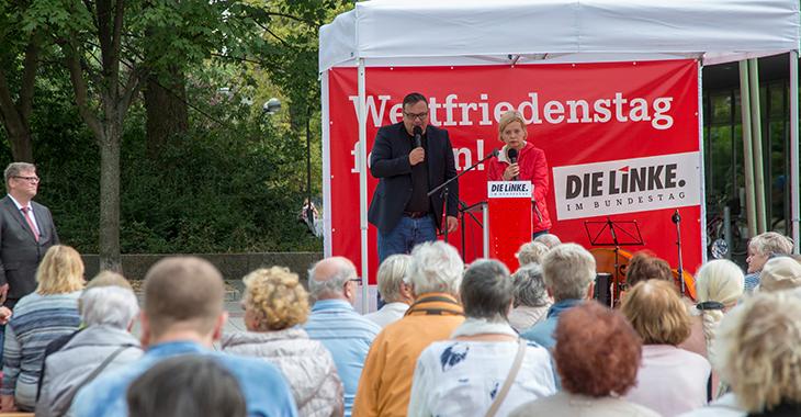 Gesine Lötzsch begrüßt Teilnehmende am Weltfriedensfest der Fraktion DIE LINKE. im Bundestag, das 2018 in Berlin-Lichtenberg stattfand.
