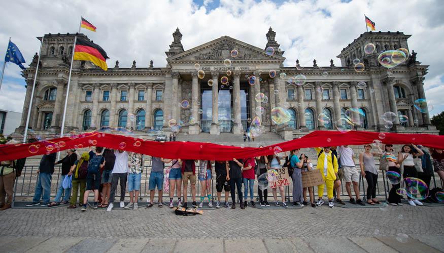 """Die Bewegung """"Fridays for future"""" umzingelt den Bundestag am 28. Juni 2019 © dpa"""