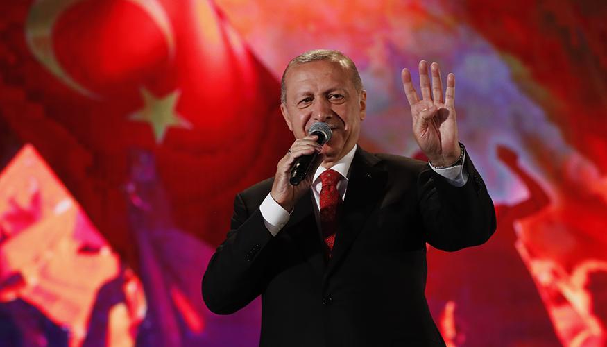 Recep Tayyip Erdogan zeigt bei einer Rede in Istanbul zum Jahrestag des gescheiterten Militärputsches am 15. Juli 2019 den Rabia-Gruß der Muslim-Brüder. Foto: © picture alliance / AP Images