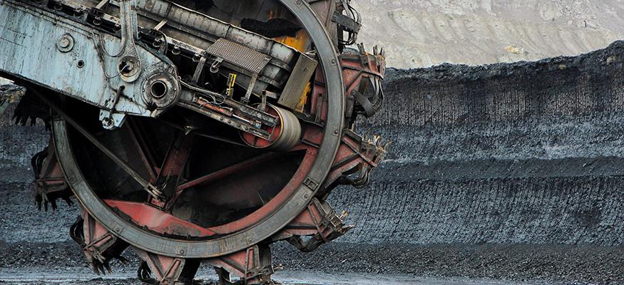Ein Schaufelradbagger in einem Braunkohle-Tagebau vorder Abbruchkante | Foto: © istock.com/kodda