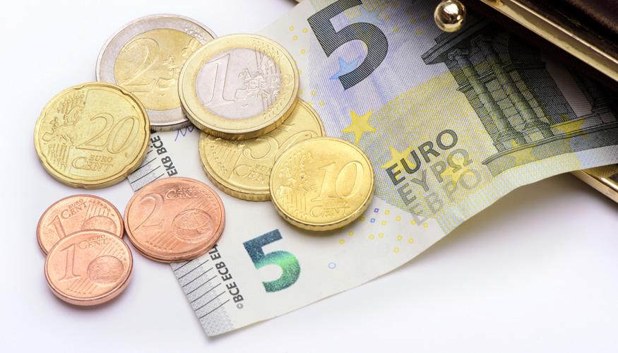Ein Fünf-Euro-Schein und Münzen im Wert von zusammen 8,84 Euro © iStockphoto.com/filmfoto