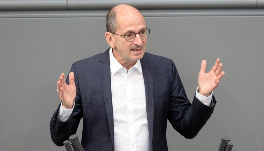 Achim Kessler am Rednerpult des Bundestages @ DBT/Achim Melde