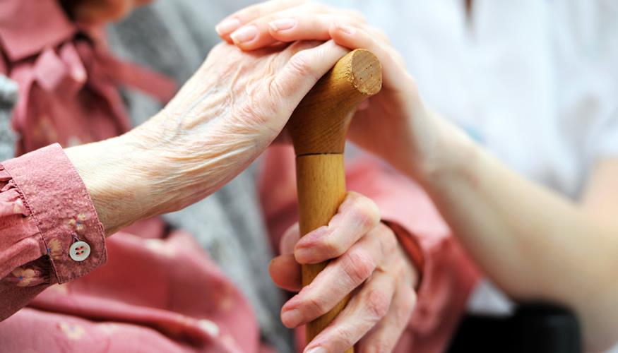 Pflegerin hält Hand einer älteren Frau ©iStockphoto.com/AlexRaths