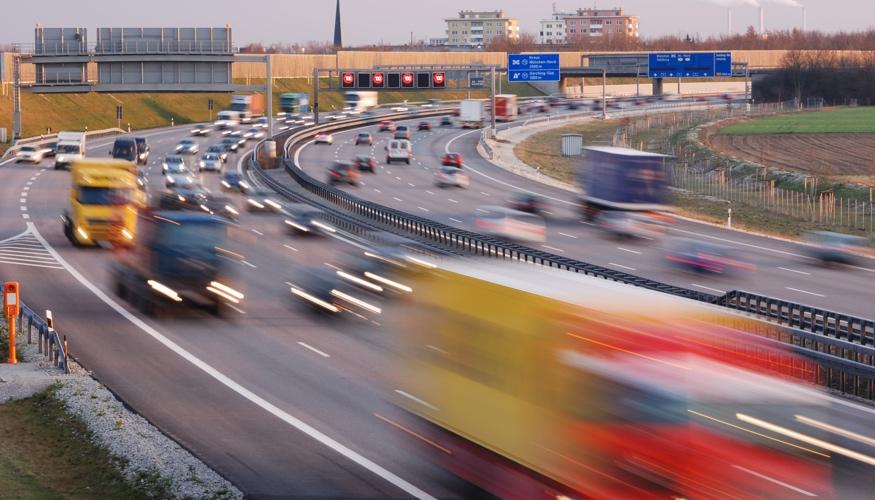 Verschwommene PKW und LKW auf einer stark vefahrenen Autobahn © iStockphoto.com/manwolste