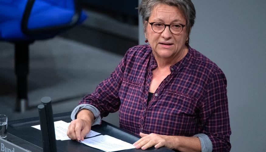 Cornelia Möhring am Rednerpult des Bundestages © Paul Zinken/dpa