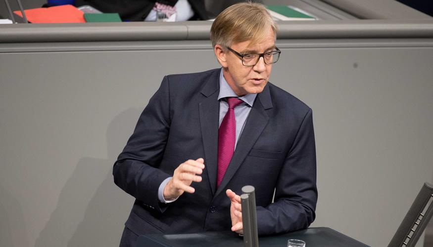 Dietmar Bartsch am Rednerpult des Bundestages © dpa/Kay Nietfeld