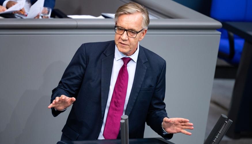 Dietmar Bartsch am Rednerpult des Bundestages ©dpa/Bernd von Jutrczenka